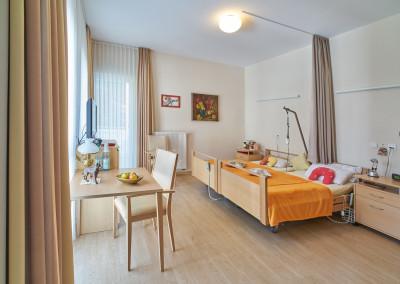 Lichtdurchflutetes Doppelzimmer in freundlicher Holzoptik