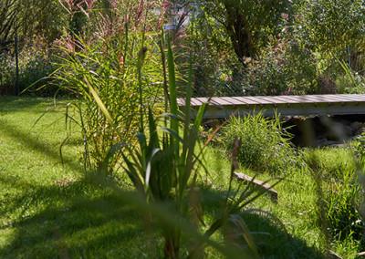 Ein Teil des Gartens, durch dem der Wesebach fließt