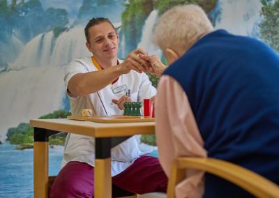 Gesellschaftspielrunde zwischen Bewohner und Pfleger