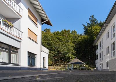 Der Innenhof mit angrenzendem Wohnkomplex und Gartenhaus