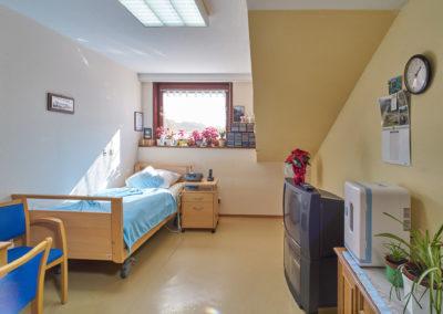 Persönlich eingerichtetes Einzelzimmer im Dachgeschoss – Löhlbacher Hof