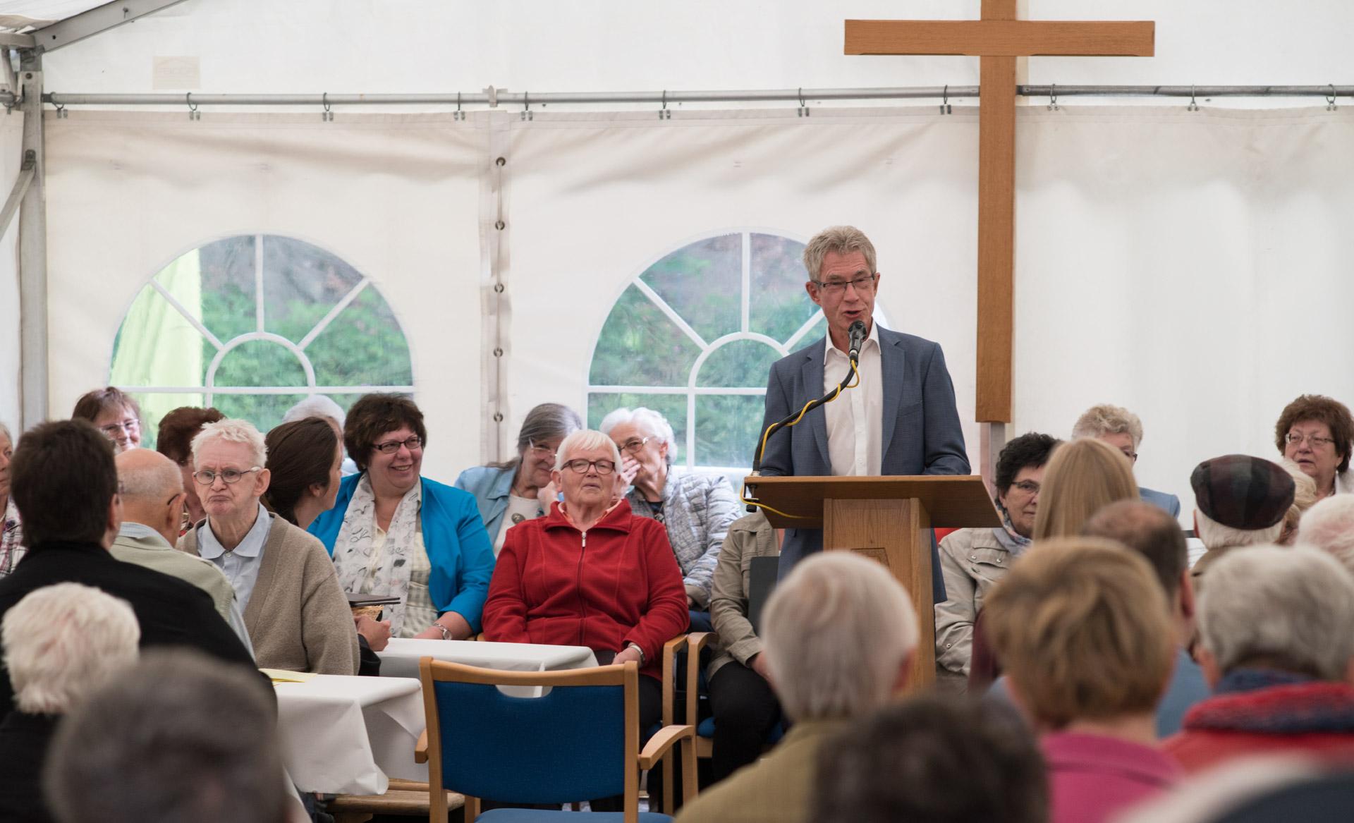 Sommerfest 2016 Begrüßung durch Seniorenheimbetreiber Reinhard Diedrich