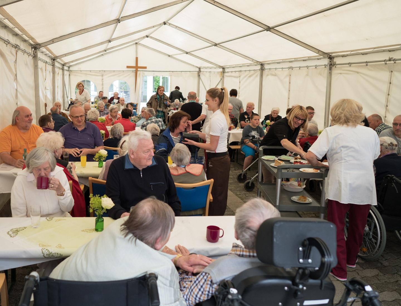 Sommerfest 2016 Geselligkeit im Zelt