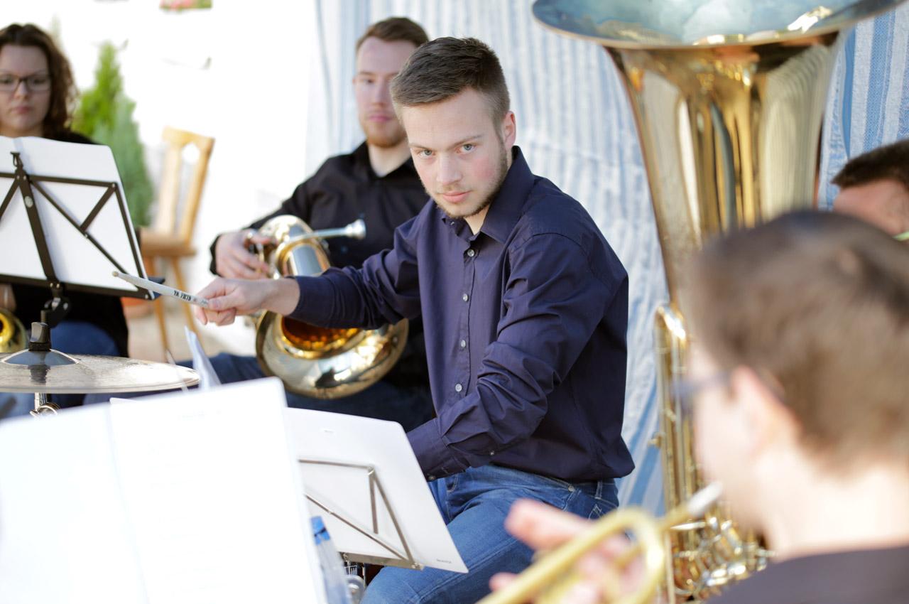 """Sommerfest 2016 Der Schlagzeuger der jungen Blaskapelle """"Holzlos glücklich"""" gibt den Takt an"""