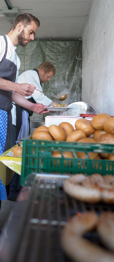Sommerfest 2016 Die Köche bereiten Speisen zu