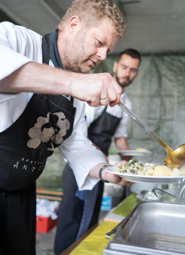 Sommerfest 2016 Die Köche des Restaurant Antons füllen die Teller auf