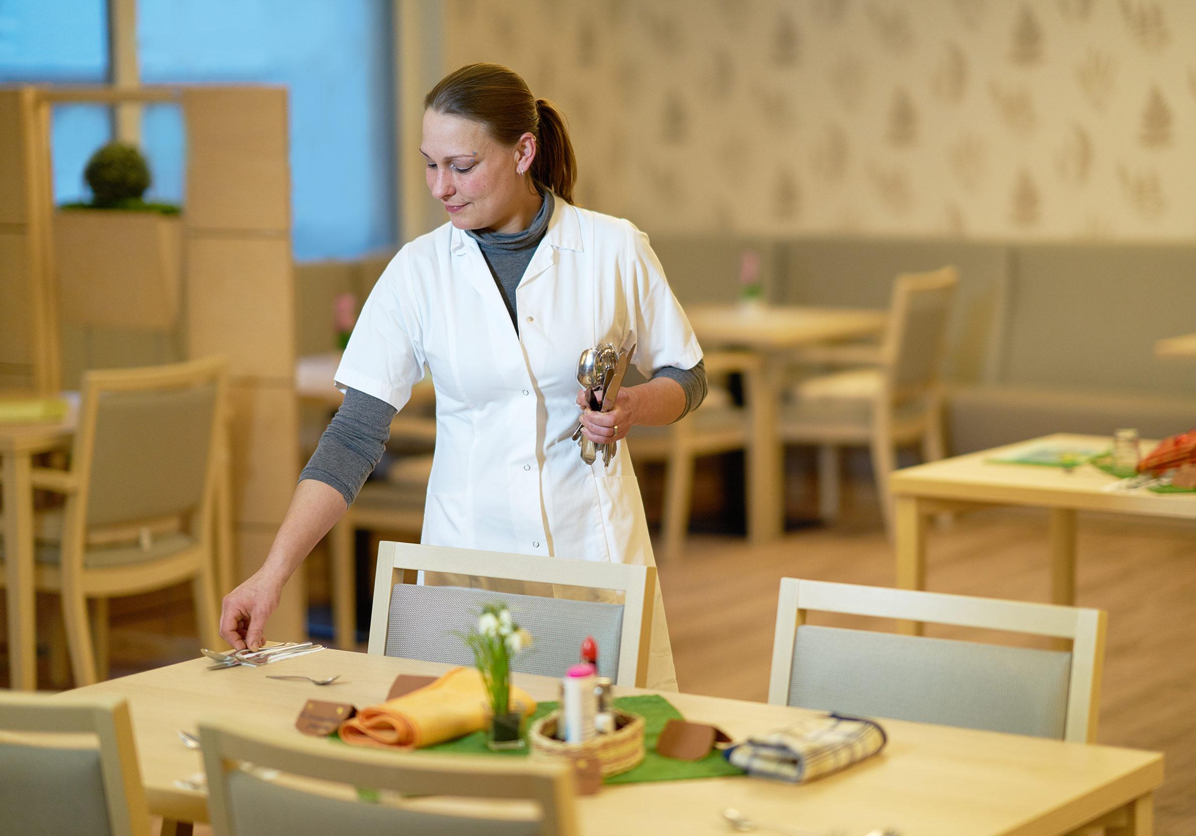 Vorbereitungen im Speisesaal